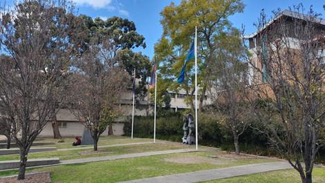 Bandeiras da Austrália, de New South Wales e, em respeito aos aborígenes, a bandeira de Torres Strait Island.