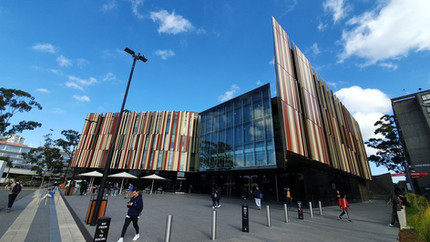 Biblioteca. Possui 5 andares com direito a diversos espaços colaborativos de estudos,  equipados com TV/Monitor, lousa branca e mesa para até 8 alunos.