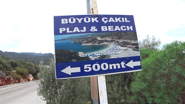 Road side sign to the beach