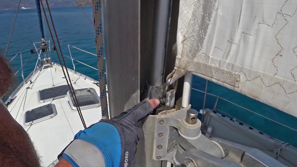 Bottom of sail attachment