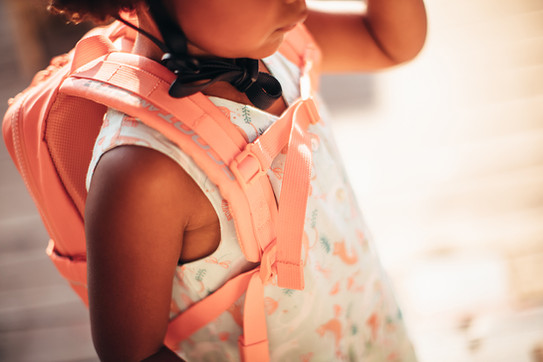 BACKPACK-PEACH-FRONT SIDE-CLOSEUP-GIRL.j