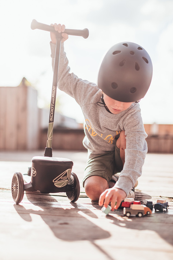 HWK2L-GREENLINES-BOY+CARTOYS.jpg