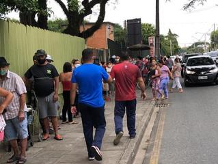 Centenas de moradores da Vila Torres fazem fila para ganhar cesta básica