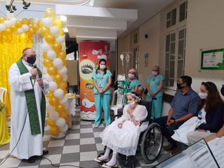 Menina realiza o sonho de receber primeira comunhão em hospital em Curitiba.