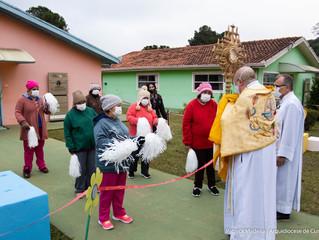 CORPUS CHRISTI – Em visita ao Pequeno Cotolengo, Dom Peruzzo leva a bênção do Santíssimo aos morador