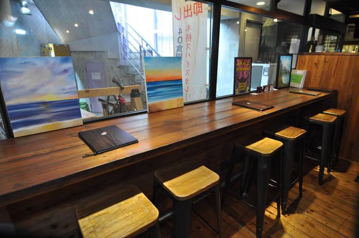 インダストリアルな雰囲気の店内。40席をご用意しています。貸し切りも可能です。