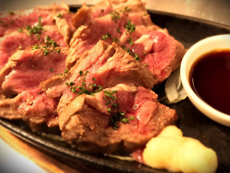 ラムレアステーキ。ガーリックバターソースでがっつり。