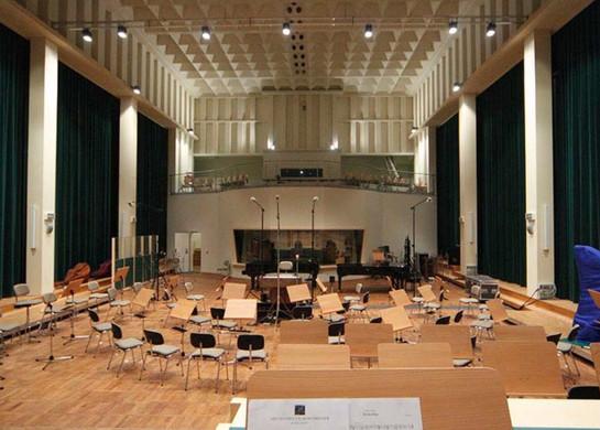 FILMORCHESTER BABELSBERG Aufnahmesaal mit Blick auf die Tonregie