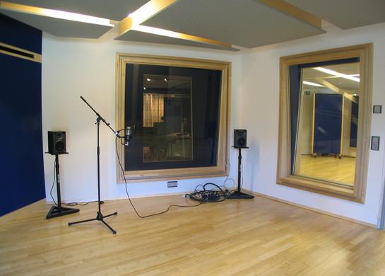 PROTON STUDIO kleiner Aufnahmeraum  mit Regie- und Studiofenster