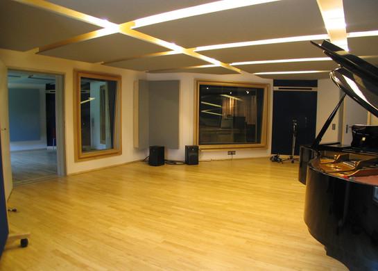 PROTON STUDIO großer Aufnahmeraum mit Regie- und Studiofenster