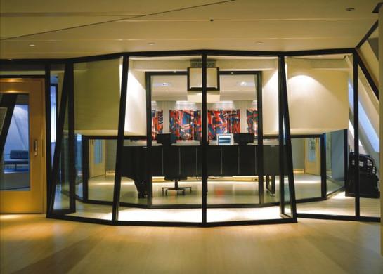 NUCLEUS Aufnahmeraum mit Glasfront