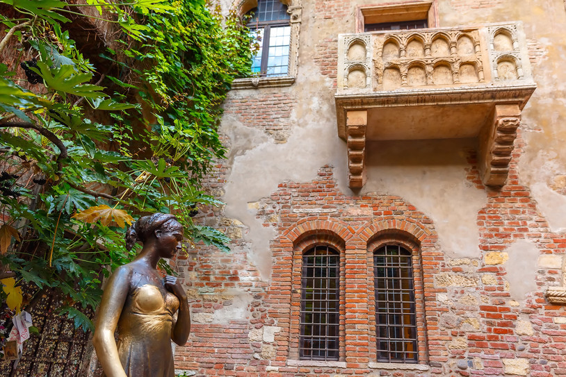 Juliet staue and balcony by Juliet house