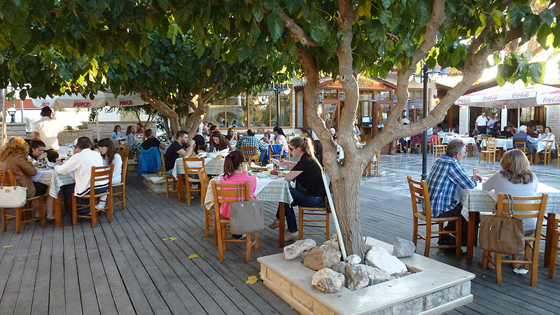 Taverna Zisis in Rethymno offers traditional Cretan and Greek cuisine at great prices and in a family friendly atmosphere.