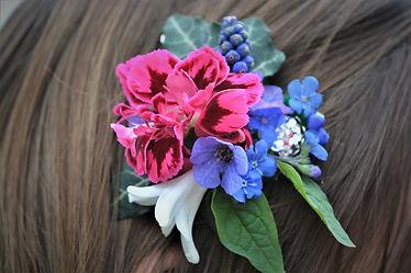 Haarklammern mit frischen Blumen, Haarschmuck mit ungespritzten Blumen, Foto: Susanne Kruse, Bremen