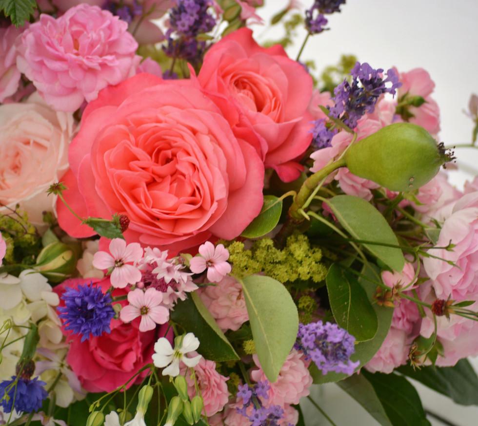 Rosengesteck mit Sommerblumen, Birnen und Walderdbeeren