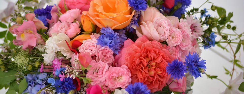 Sommerlicher Wildblumenstrauß mit Duftrosen