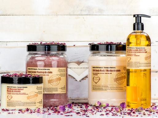 Róża damasceńska w kosmetykach naturalnych, odżywia i odmładza skórę.