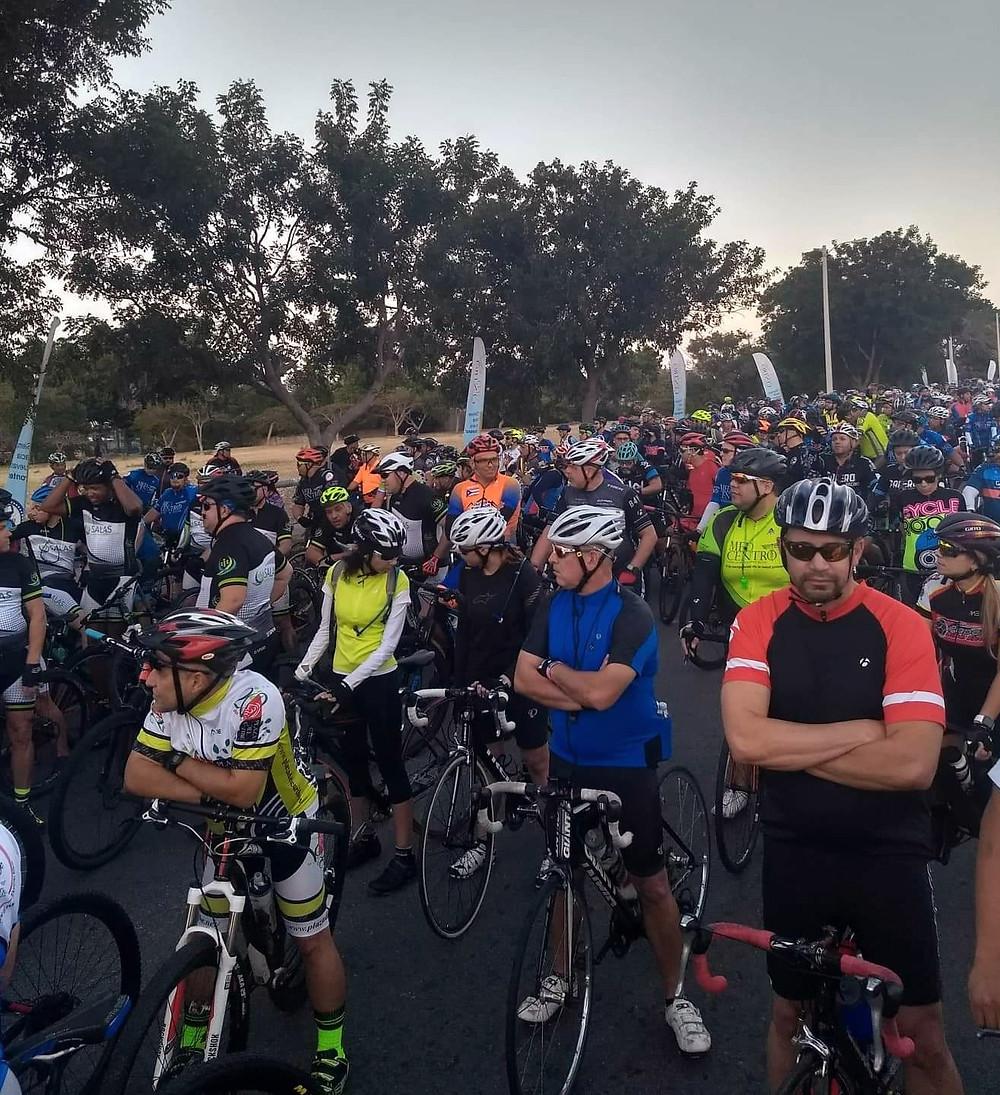 Los ciclistas detrás de nosotros en la salida.