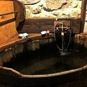 Meu primeirobanho numa banheira de madeira, feita de um pipo de vinho e com hidromassagem. Reportei-me para aqueles fimes de cowbois.