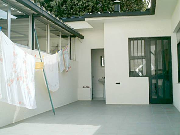 Telheiro + casa de bnho exterior + entrada para a garagem