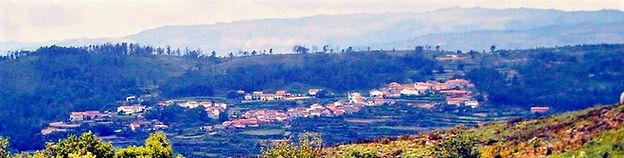 Aldeia do Custilhão, com a serra de Montemuro como pano de fundo.