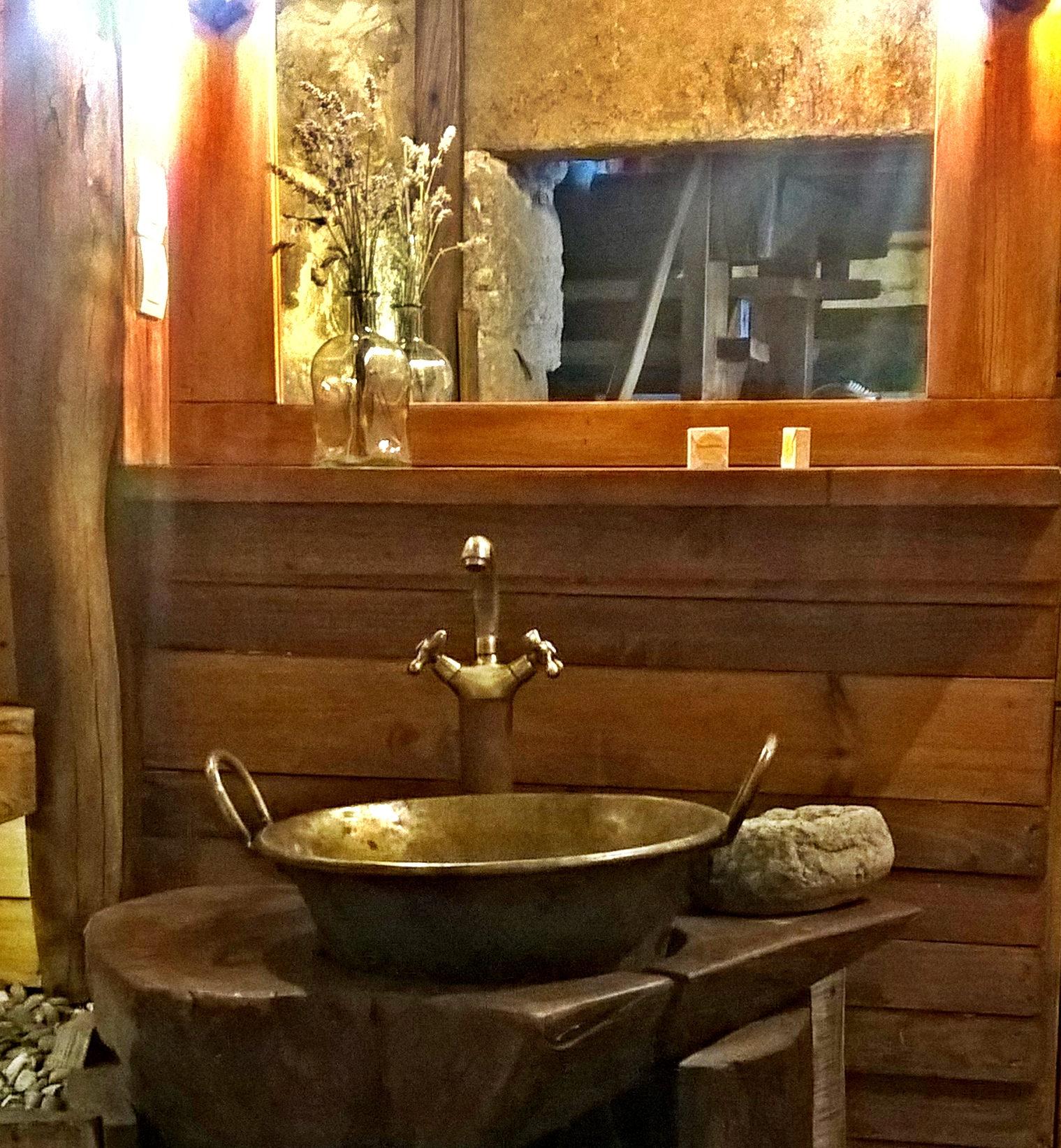 A entrda da casa de banho, da casa que ficamos. Muito bonita.