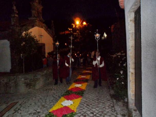 Procissão noturna em frente a Capela de