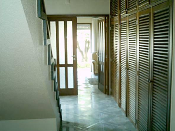 Hall de entrada e porta da entrada para a sala