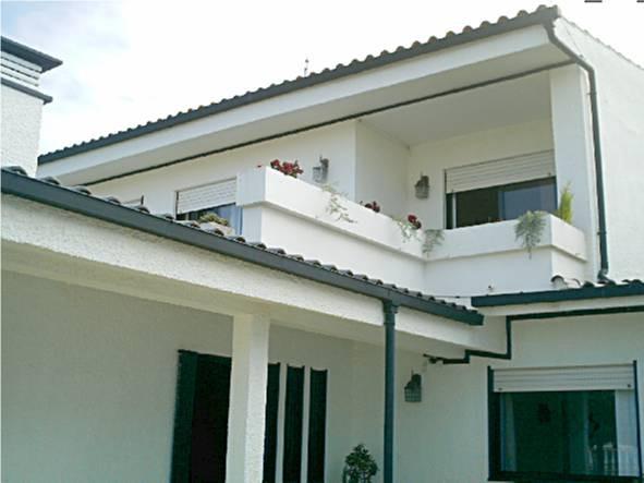 Vistas da entrada principal no r/chão + janela do quarto da frente do r/chão e janelas do quarto do 1º andar