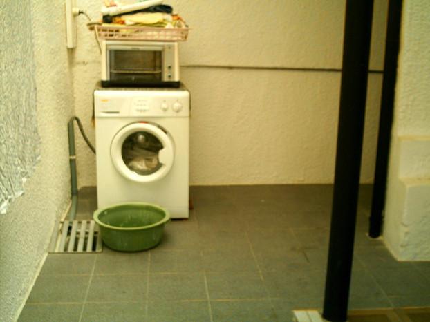 Zona da lavanderia em frente a porta da cozinha