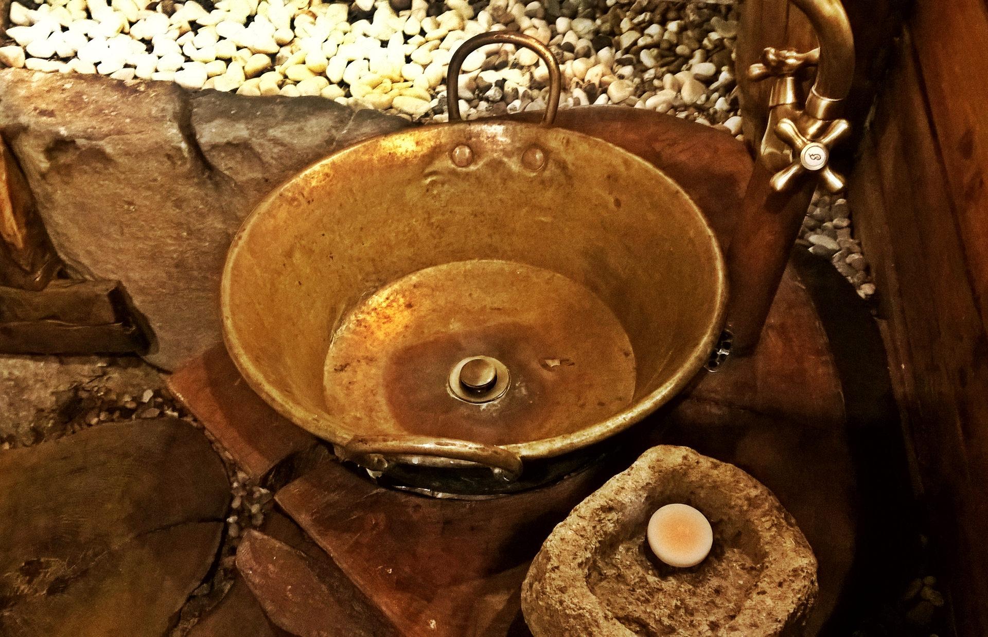 Lavatorio feito a partir de um tacho de cobre. Só tinha visto iguais na internet.