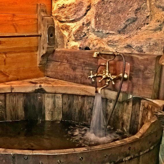 Nossa banheira de madeira.