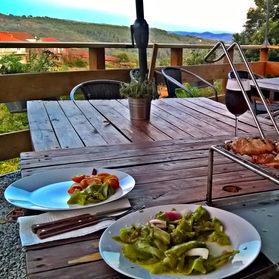 Nossa refeição feira por nós na cozinha rural. Agradecemos a ajuda dos proprietarios do Pouso da Serra.