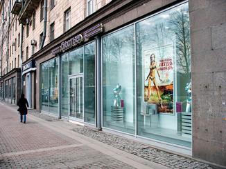 Лучшая идея рекламы на стеклянных витринах и фасадах. Экономичнее медиафасада, динамичнее световых к