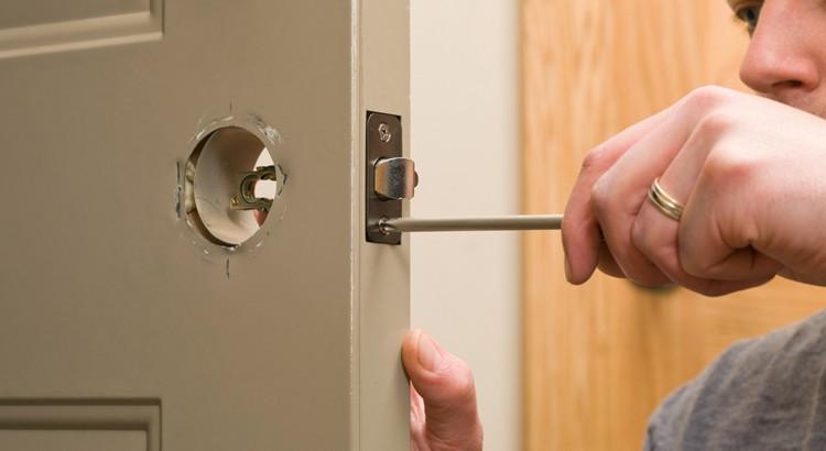 réparer une serrure de porte