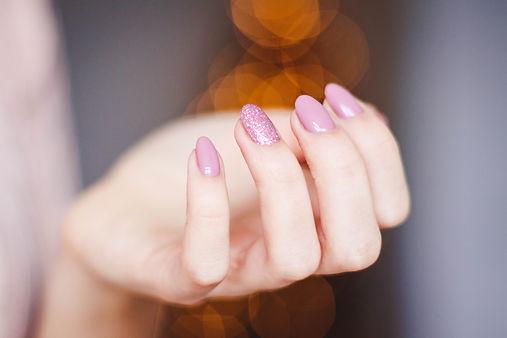 pink-manicure-939836.jpg