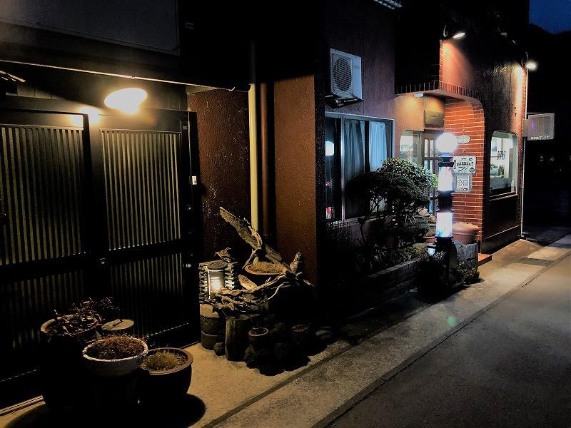 オリジナル瓦灯ろう(画面中央左)