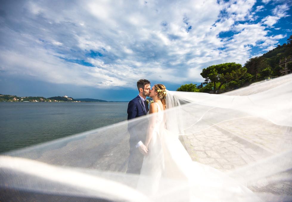 Foto di matrimonio con velo che vola meina lago maggiore