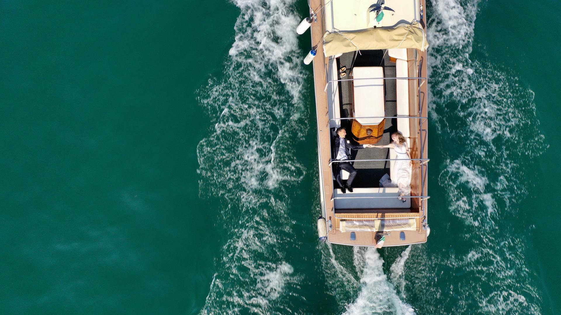 Foto di matrimonio con drone in barca Lago Maggiore