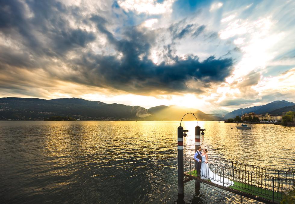 Foto di matrimonio al tramonto pontile Villa Rusocni Clerici Pallanza