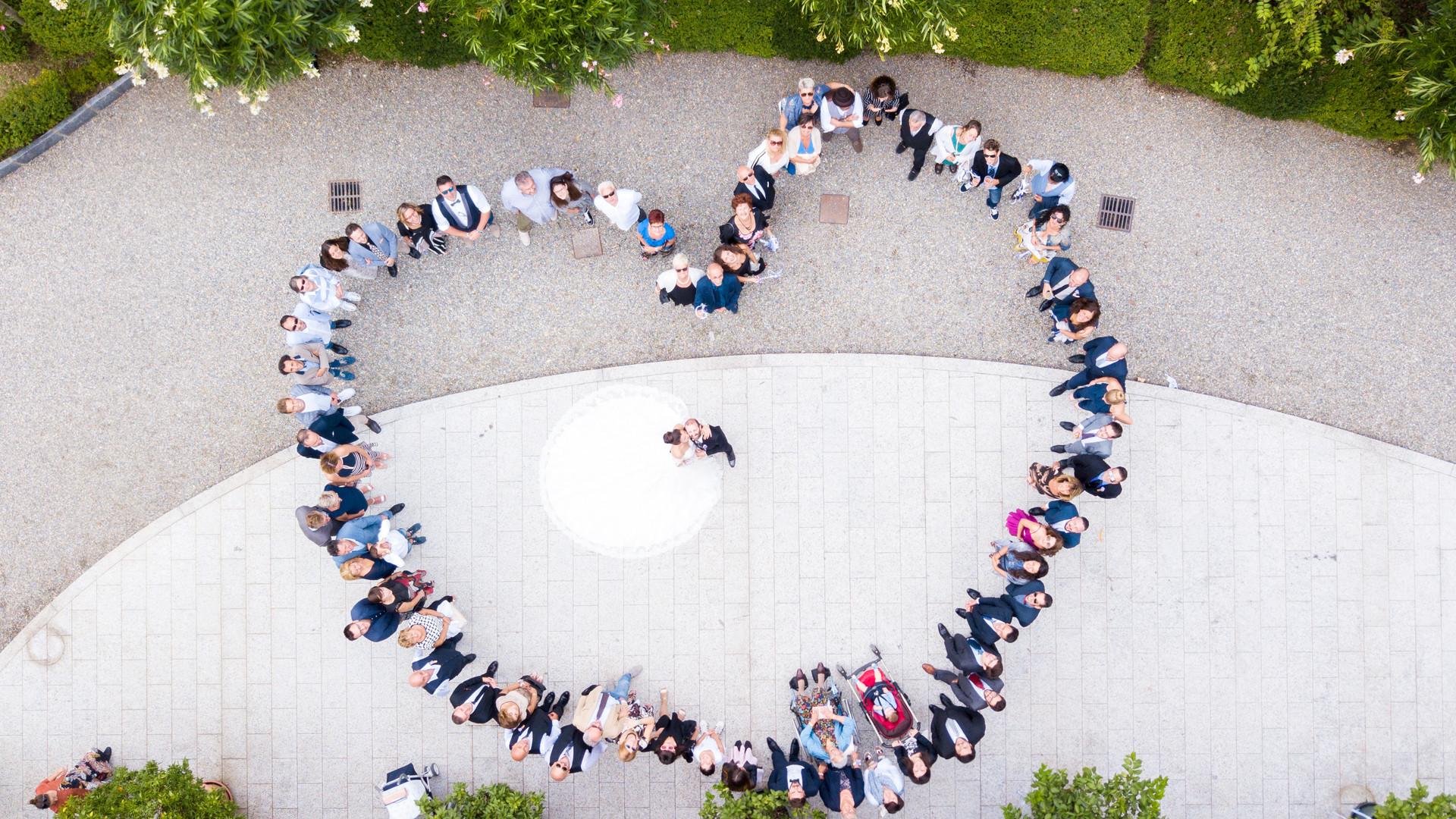 Foto degli invitati al matrimonio forma cuore con drone