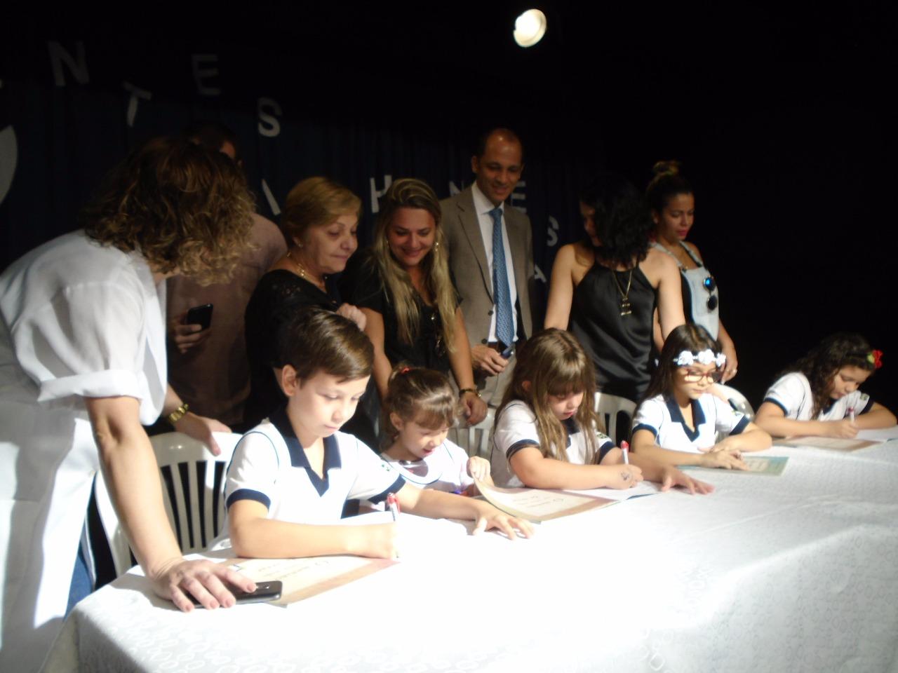 Pequenos Escritores Sessão de autógrafos