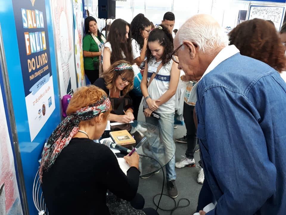 salão_autografando