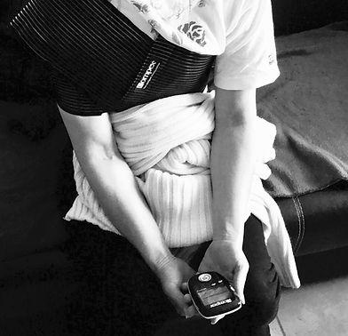 femme utilisant un compex pour la reathletisation