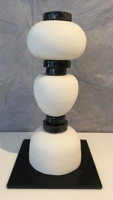Totem en porcelaine tournée non émaillée et grès noir émaillé en bleu à effets. Hauteur 30 cm Prix : 280 €