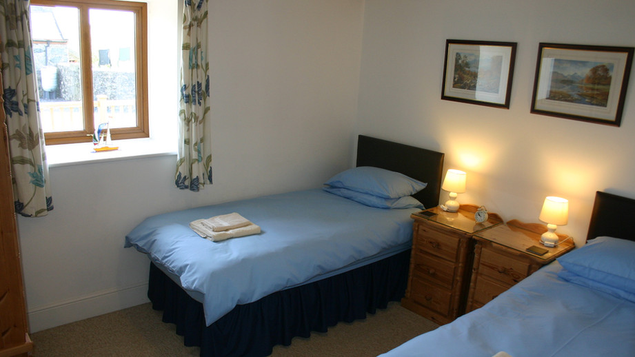 (18a) Bedroom 3 with two single beds.JPG