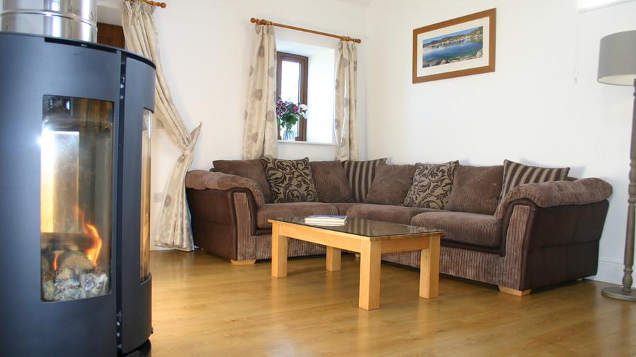 (1) Lounge with wood burning stove.JPG