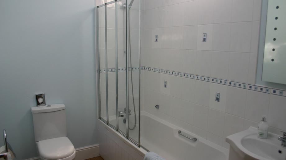 (21) Family bathroom with shower over bath, toilet & sink.JPG
