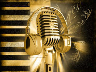 Música_037-Teclas_de_pianos_e_microfone.jpg