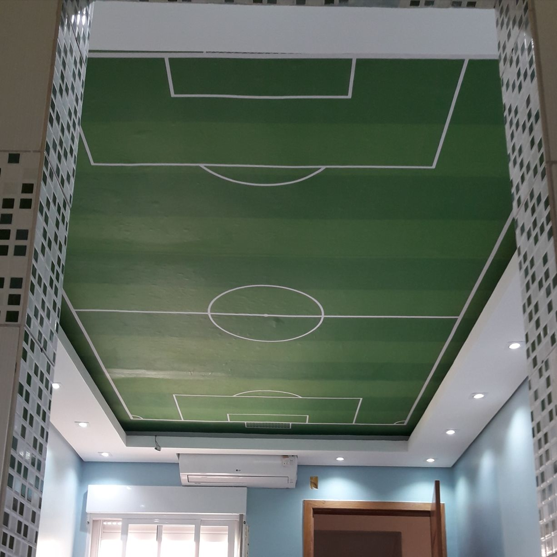 Campo de futebol no teto
